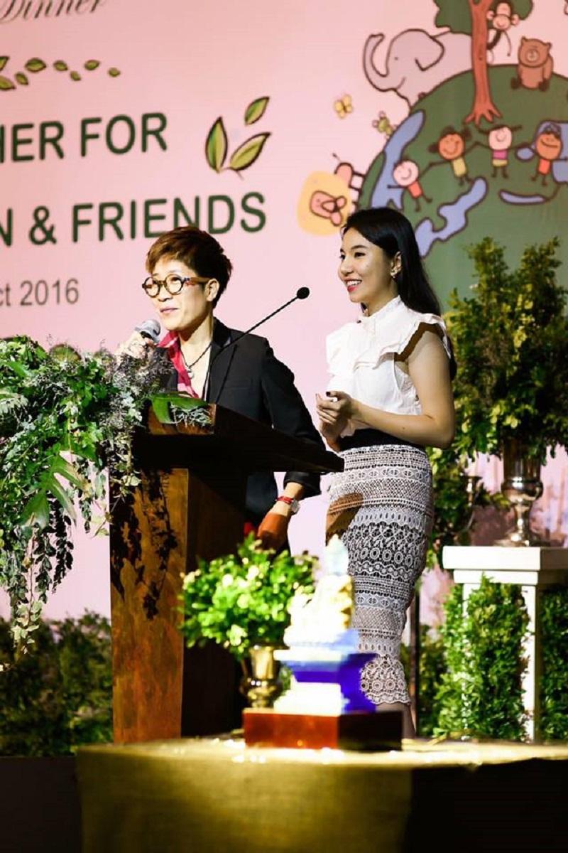 Thy Huỳnh trong một chương trình của quỹ từ thiện Thiện Nhân and Friends