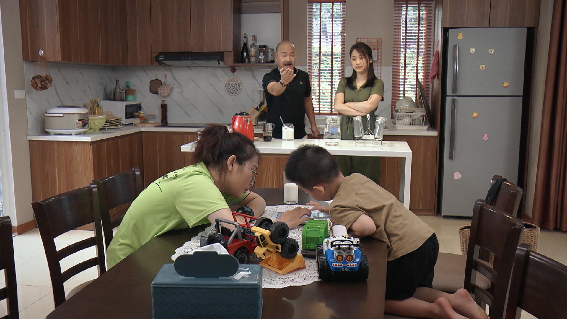 'Mẹ ơi, bố đâu rồi' tập 2: Phát hiện có người theo dõi, Quỳnh Kool xịt hơi cay và ngã ngửa khi nạn nhân là bố mình 1