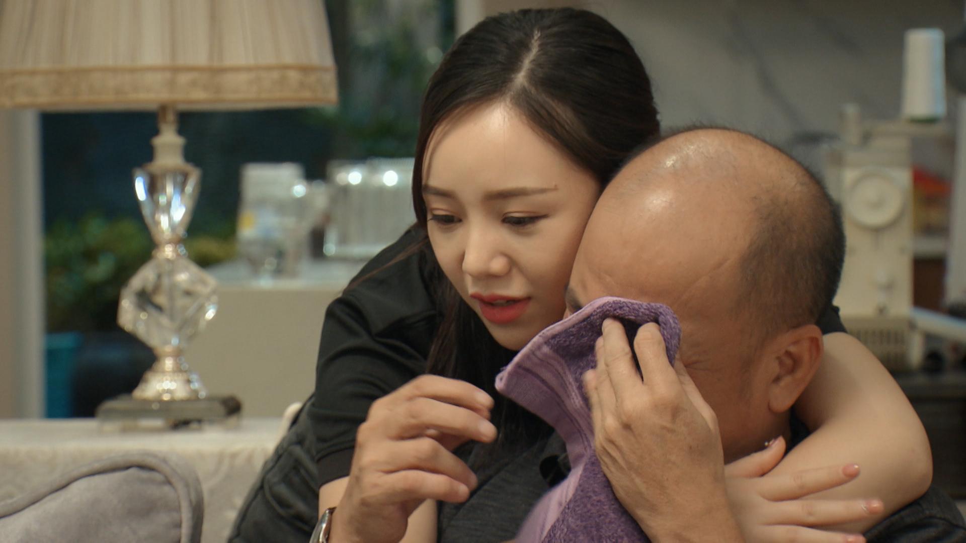 'Mẹ ơi, bố đâu rồi' tập 2: Phát hiện có người theo dõi, Quỳnh Kool xịt hơi cay và ngã ngửa khi nạn nhân là bố mình 8