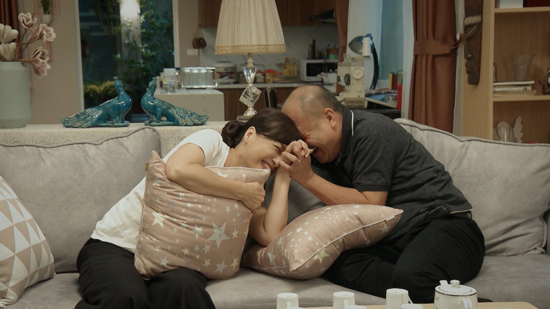 'Mẹ ơi, bố đâu rồi' tập 2: Phát hiện có người theo dõi, Quỳnh Kool xịt hơi cay và ngã ngửa khi nạn nhân là bố mình 9