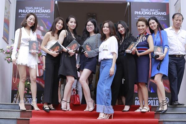 Hoàng Thùy Linh chụp ảnh lưu niệm cùng khách mời đến dự buổi ra mặt tự truyện của cô,