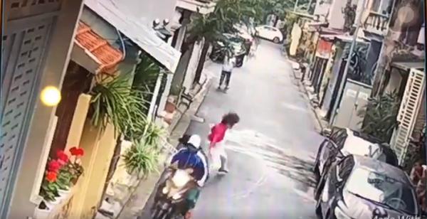 Người phụ nữ bất ngờ bị cướp chú cún cưng và bị kéo lê xuống đường.