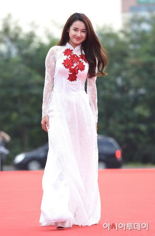 Nữ diễn viên Tuổi thanh xuân từng được báo chí Hàn khen ngợi khi diện áo dài trên thảm đỏ sự kiện Seoul International Drama Awards 2016.