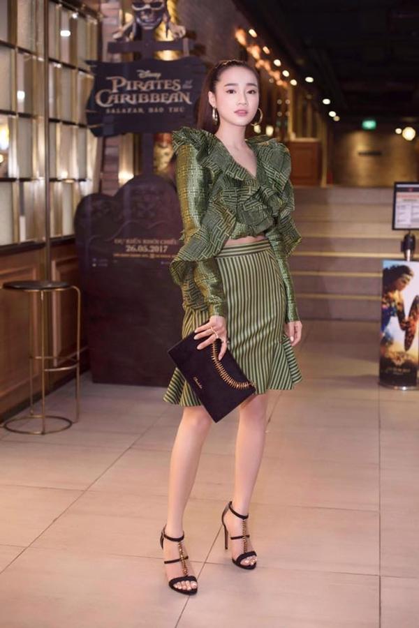 Không ngại đổi mới mình, Nhã Phương chọn thiết kế áo khoét sâu gợi cảm kết hợp cùng bông tai to bản thời trang