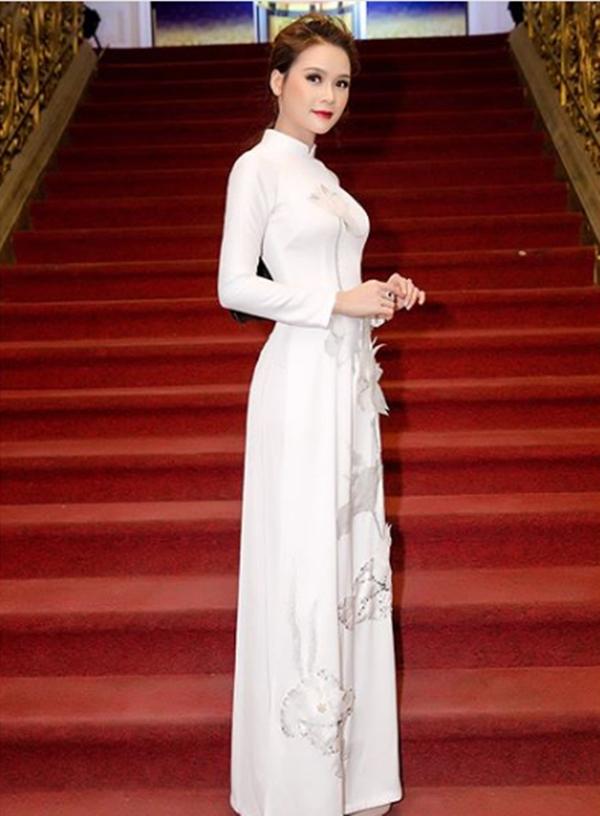 Áo dài cũng là trang phục yêu thích của cô trên thảm đỏ.
