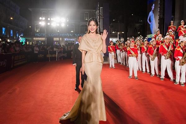 Những chiếc đầm dài thanh lịch được Nam Em ưu ái diện khi dự sự kiện.