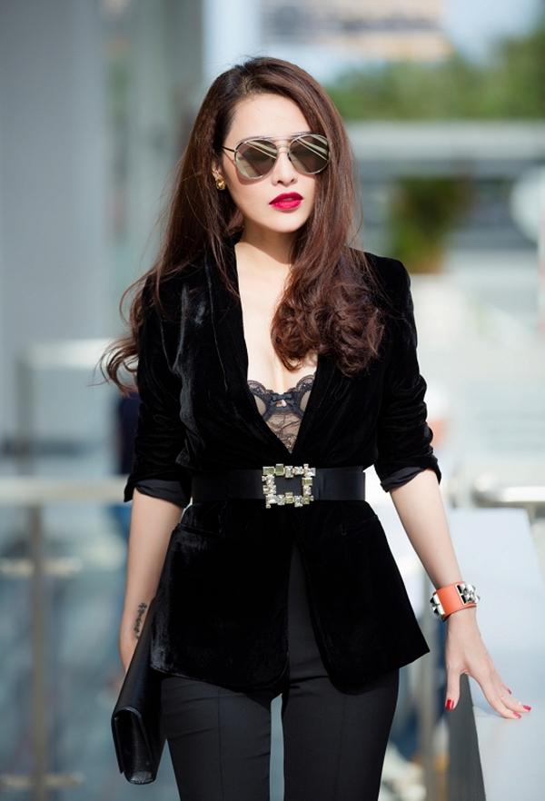 Người đẹp cũng không ngừng làm mới phong cách với những xu hướng thời trang mới nhất như phong cách sproty với quần ống suông kẻ sọc hay kính mắt bản vuông thời thượng.