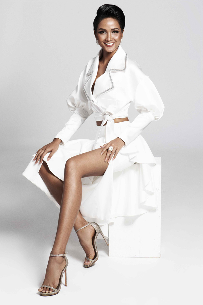 Ở trang phục thứ hai của nhà thiết kế Lý Giám Tiến, Hoa hậu H'Hen Niê quyết định khoe đôi chân dài hấp dẫn của mình, kết hợp cùng kiểu áo sơmi khoét sâu, tạo sự gợi cảm nhưng vô cùng tinh tế và bí ẩn.