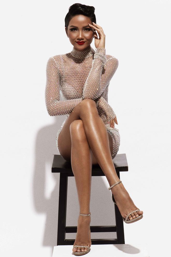 Với 4 bộ trang phục tiếp theo của nhà thiết kế Kim Khanh, Hoa hậ H'Hen Niê khai thác tối đa vẻ đẹp hình thể khi vừa khoe được vùng hông quyến rũ, vừa chứng tỏ bản thân là 'Người đẹp biển' xứng đáng của cuộc thi Hoa hậu Hoàn vũ Việt Nam.