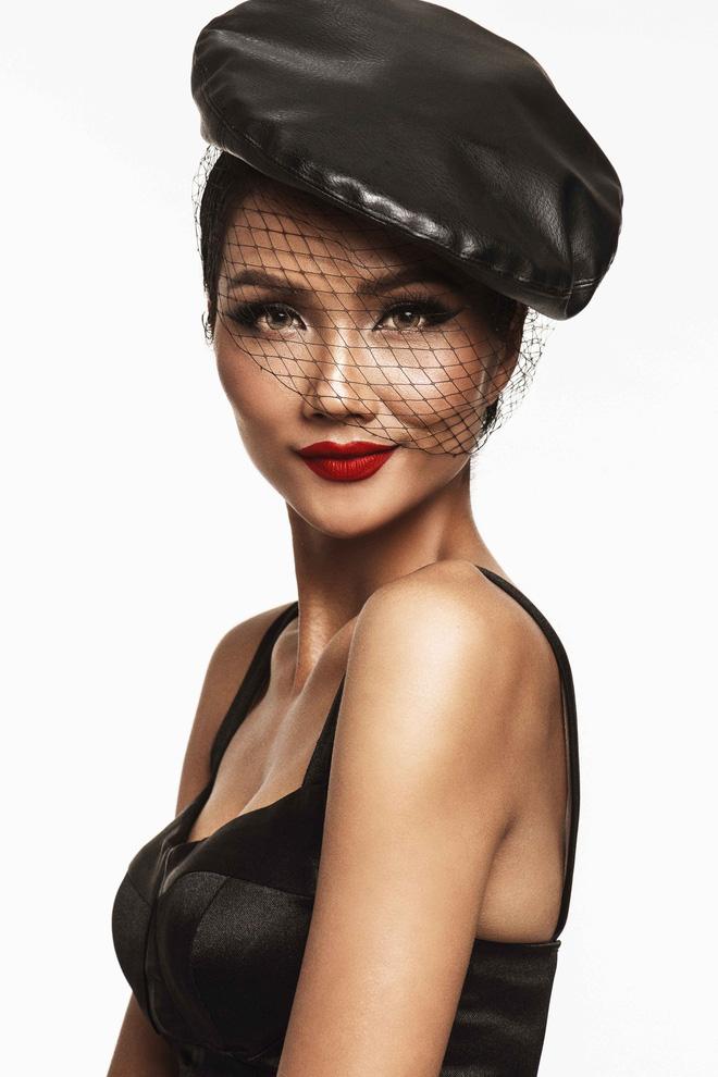 Cuối cùng trong bộ ảnh là ba bộ trang phục của nhà thiết kế Xita với tông đen, đỏ cùng phong cách quý tộc và cổ điển. Người đẹp thể hiện thần thái quyền lực thông qua biểu cảm ánh mắt và nụ cười, kết hợp cùng phụ kiện trang sức sang trọng. Hoa hậu H'Hen Niê chia sẻ, cô tâm đắc nhất là loạt ảnh mang phong cách cổ điển này và hy vọng khán giả sẽ yêu thích nó.