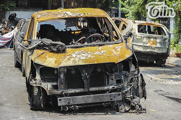 Một chiếc xe ôtô bị cháy trơ khung