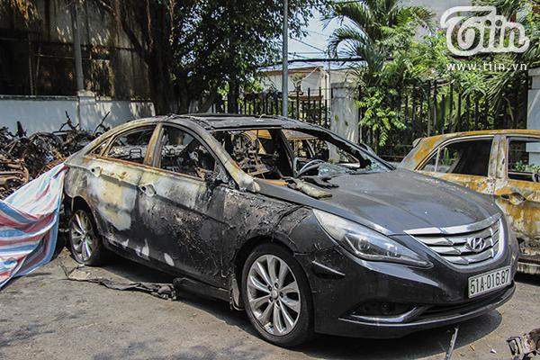 Một chiếc ôtô bị cháy hầu như gần hết chỉ còn lại phần đầu xe