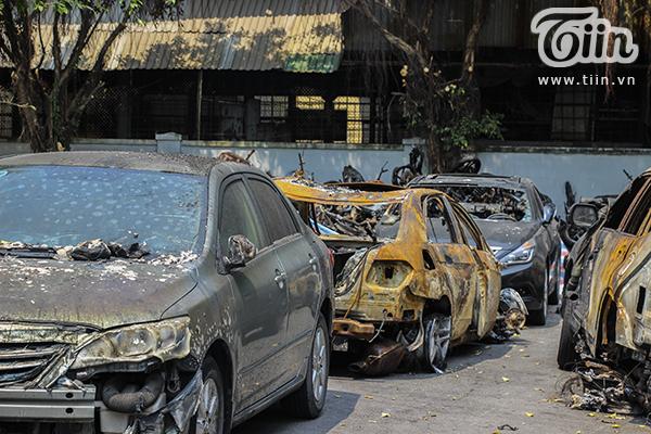 Những chiếc ôtô cháy nát