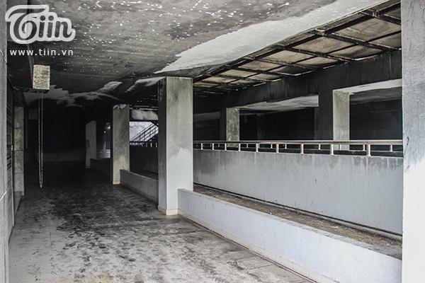 Tường ám đầy khói đen, công việc dọn dẹp chung cư sẽ còn gặp nhiều khó khăn đòi hỏi thời gian lâu dài