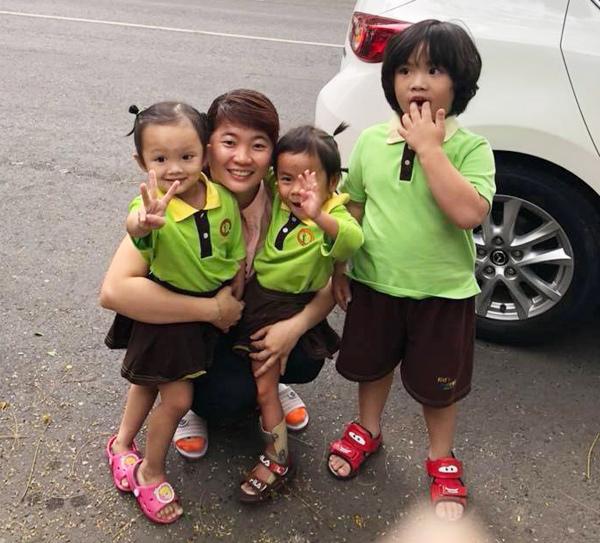 Bé Pàng cùng 2 anh em được bố mẹ đưa đến trường