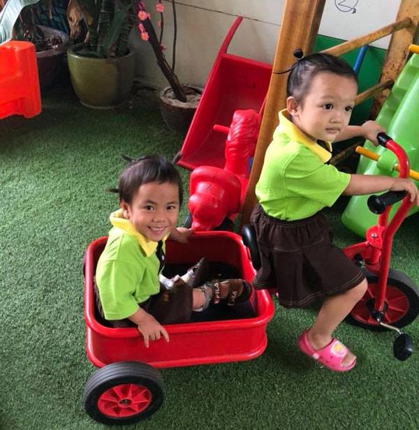 Em bé tật nguyền ở Thanh Hóa rạng rỡ trong ngày đầu đến trường 3