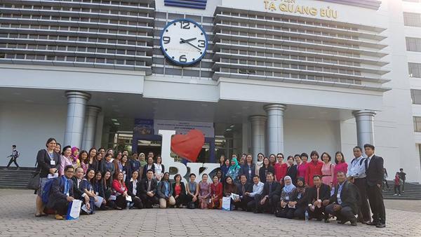 Nhiều bạn trẻ chụp ảnh trước cửa thư viện Tạ Quang Bửu
