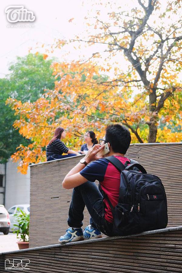 Chỉ với cây lộc vừng mùa lá đỏ mà sinh viên Ngoại thương có cả nghìn kiểu ảnh 'sống ảo' 7