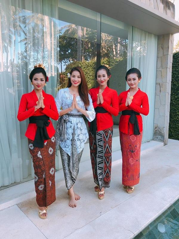 Phạm Hương được khen ngợi khi diện trang phục Kebaya truyền thống của Indonesia 1