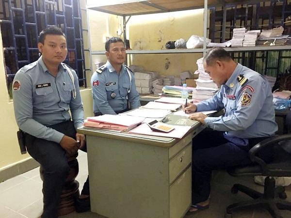 Hai CSGT Campuchia nhận quyết định đình chỉ công tác tại trụ sở.