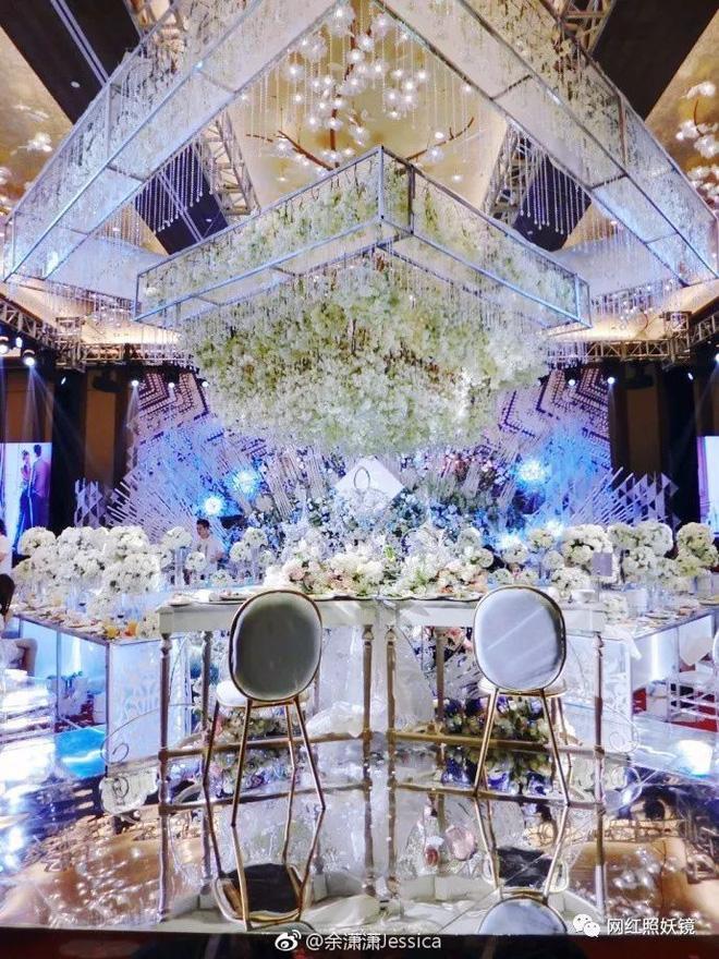 Một phần sân khấu được trang trí cầu kì trong đám cưới của Dư Tiêu Tiêu.