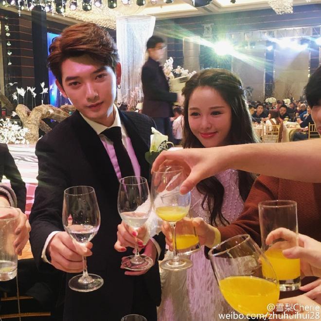 Lâm San San và bạn trai thiếu gia Kim Bạch Xuyên tại lễ cưới.