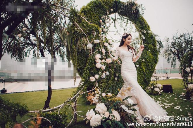 Đám cưới được đầu tư kĩ lưỡng từ khung cảnh ngoài trời cho đến khu vực sân khấu.