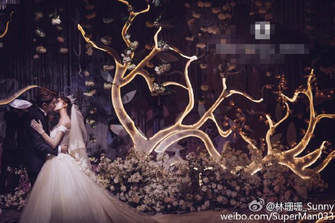 Cô dâu chú rể trông giống như hoàng tử, công chúa bước ra từ những câu chuyện cổ tích mơ mộng.