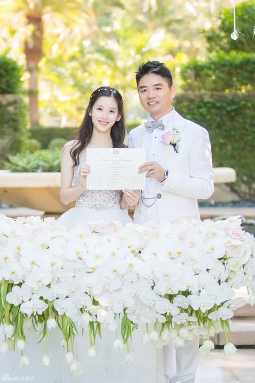 Tuy chênh lệch đến 19 tuổi nhưng cô dâu chú rể vẫn được nhận xét rất đẹp đôi.