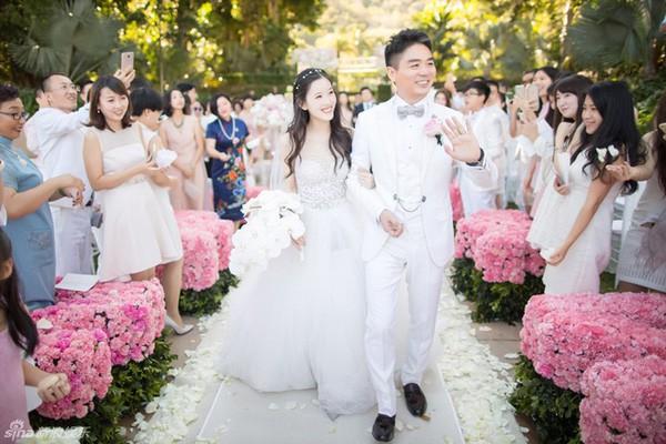Vẻ đẹp trong sáng của Chương Trạch Thiên trong bộ váy trắng tinh khôi nhận được những cơn mưa lời khen trên mạng xã hội.
