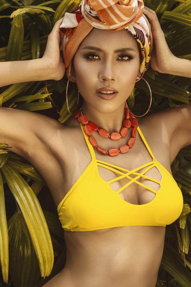 Phong cách make up và các phụ kiện đi kèm đều tôn lên được vẻ đẹp khỏe khoắn, làn da nâu mạnh mẽ của nàng Á hậu.