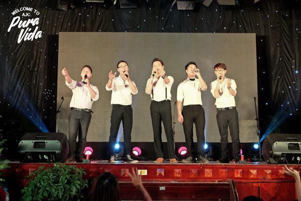 """Sinh viên nam trường Báo thể hiện tài năng trên sân khấu đêm nhạc hội """"Wellcome to AJC 2016"""""""