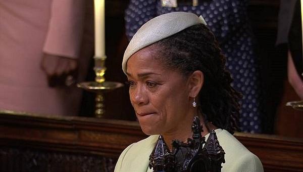 Giọt nước mắt của người mẹ khi chứng kiến khoảnh khắc trọng đại của con gái