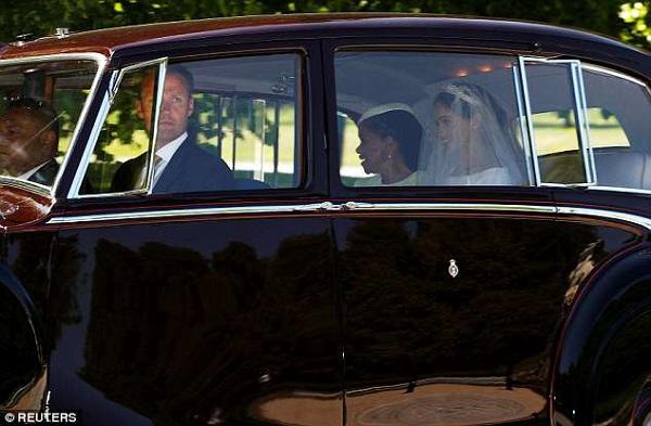 Doria cũng chẳng thể ngăn những giọt nước mắt lăn dài khi cùng con gái - tân Công nương xứ Sussex trên chiếc xe Rolls-Royce Phantom IV.