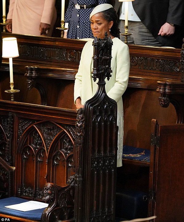 Khoảnh khắc xúc động: Mẹ Meghan không ngừng khóc khi con gái chính thức trở thành Công nương nước Anh 2