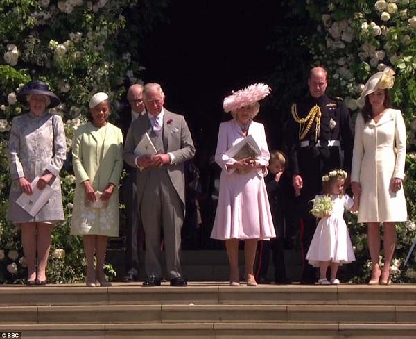 Phu nhân Jane Fellowes (ngoài cùng bên trái) cùng Doria Ragland - mẹ của Meghan, Thái tử Charles, Camilla, Hoàng tử George, William, Công chúa Charlotte và Công nương Kate tại nhà nguyện St George