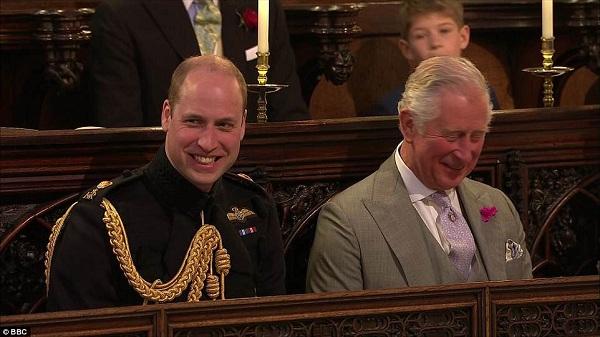 Hoàng tử William cùng cha cười tươi trong lễ thành hôn của Hoàng tử Harry