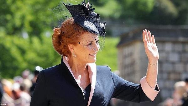 Sarah, Công nương xứ York thân thiện vẫy chào mọi người khi đến nơi. Cùng với đó, chồng cũ của bà, Hoàng tử Andrew cũng đã tiến đến lễ đường cùng hai cô con gái: công chúa Eugenie và Công chúa Beatrice.