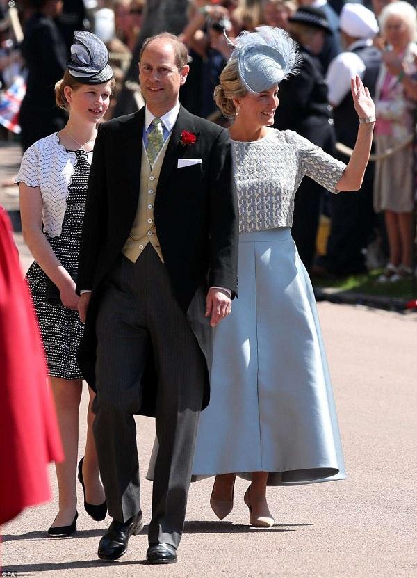 Sophie - Nữ bá tước xứ Wessex vẫy chào mọi người.