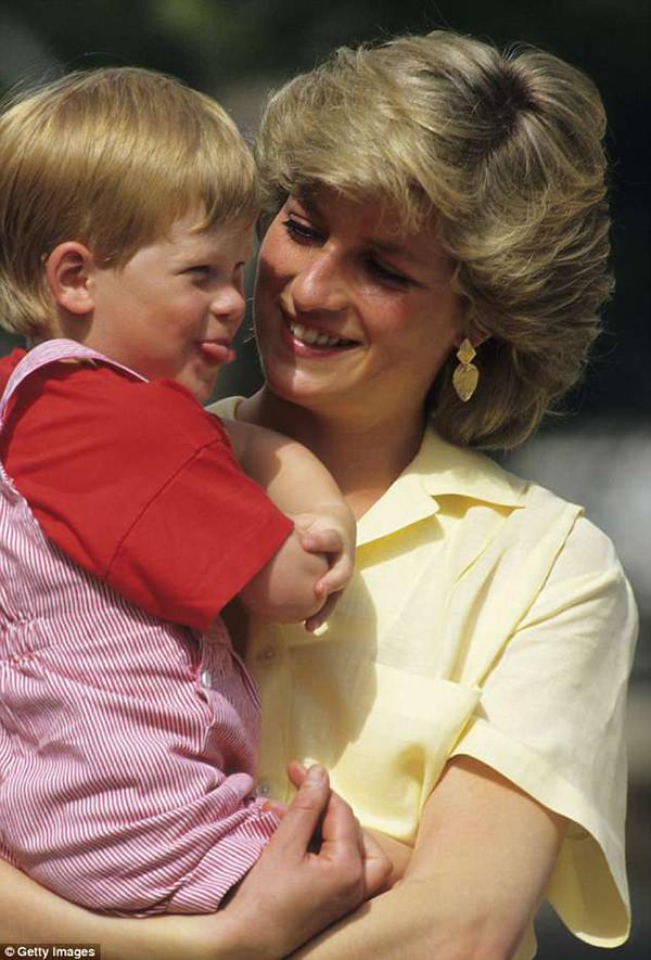 Công nương Diana và Hoàng tử Harry ngày bé