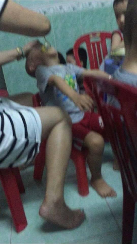 Phẫn nộ clip bảo mẫu đánh liên tiếp vào mặt, đè ngửa tống thức ăn vào miệng trẻ ở Đà Nẵng 1