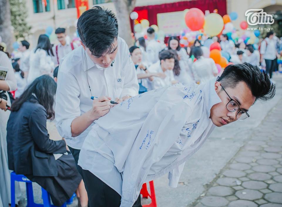 Màn ký tặng lên áo đồng phục - đặc sản không thể thiếu mỗi mùa bế giảng