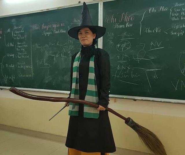 Tận dụng đạo cụ của học trò, cô Linh hóa thân thành phù thủy nhà Slytherin trong Harry Potter.