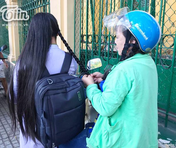 Động tác nhanh và dứt khoát của người mẹ giúp cô con gái có được bím tóc ưng ý chỉ sau vài phút.