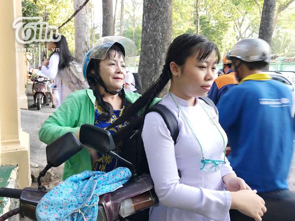Động tác dứt khoát, người mẹ nhanh chóng hoàn thành 2 bím tóc cho con gái.