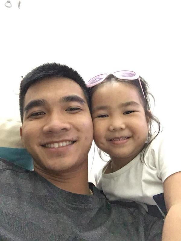 Tài khoản facebook Hải Nguyễn chia sẻ: 'Anh em mình hơn nhau 17 tuổi, đáng yêu vô cùng'.