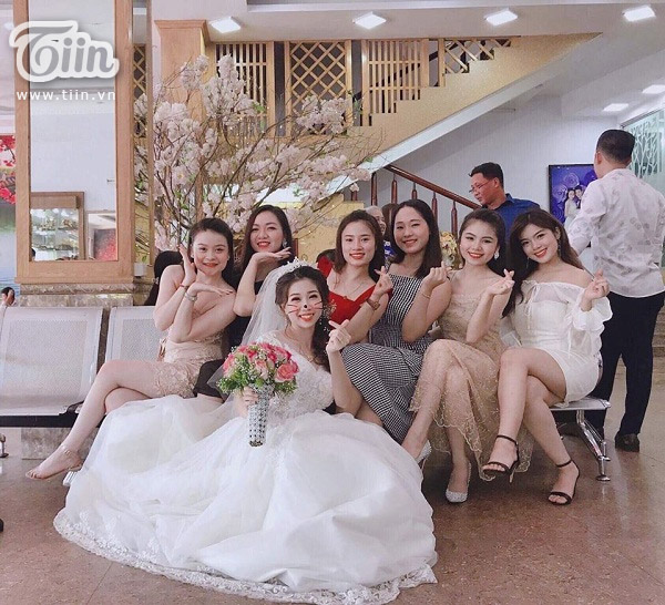 Cô dâu cùng hội bạn thân 'quẩy hết nấc'trong đám cưới 2