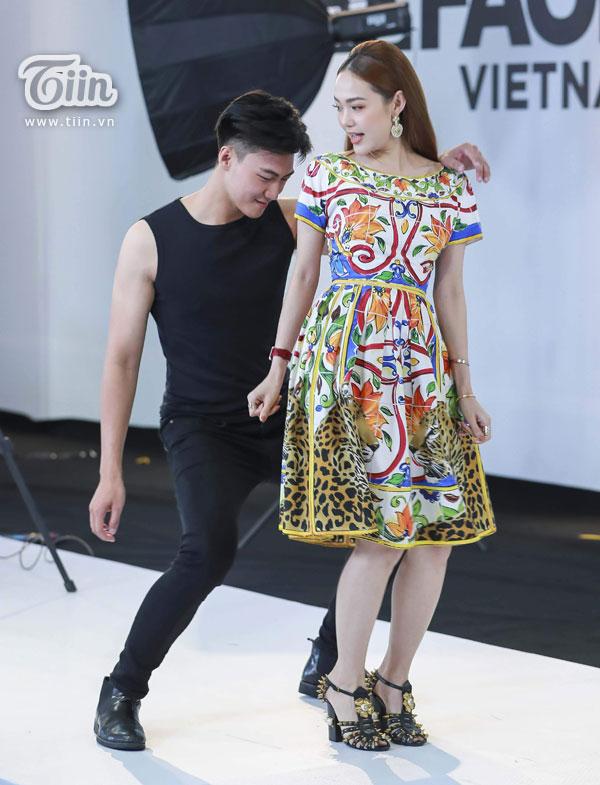 Clip: Minh Hằng trực tiếp hỗ trợ thí sinh trong thử thách nhảy theo nhạc 3