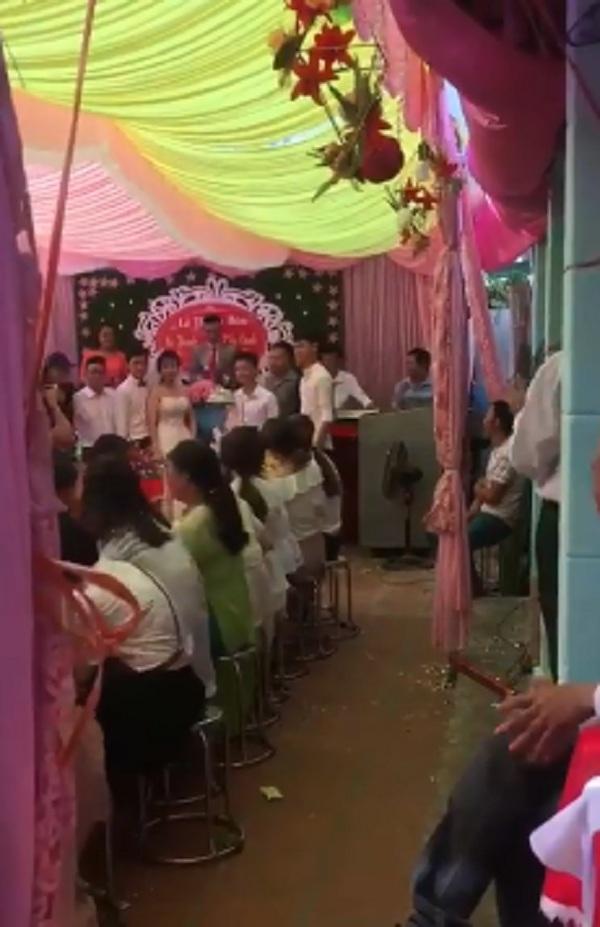 Đáp lại ân tình của cô dâu – chú rể, hội bạn thân 'lầy lội' quyết định đến chung vui bằng dăm ba bao thóc khiến quan khách có mặt tại đám cưới không nhịn được cười.