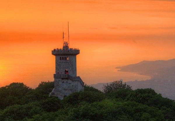 Đài quan sát trên núi Akhun